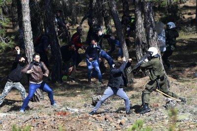 Гърците стачкуват срещу новите лагери за мигранти
