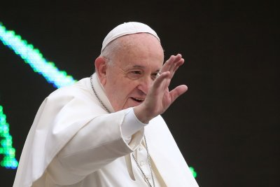 Папата болен, отмени меса със свещеници в Рим