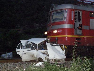 Жена загина, влак удари колата й
