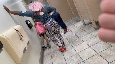 За наказание: Лицеви опори на пода в обществена тоалетна