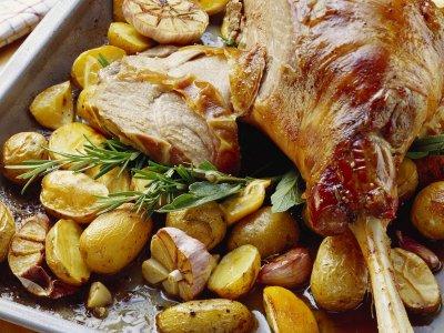 Великден с Lupa.bg: Класиката агнешко бутче с билкови картофки