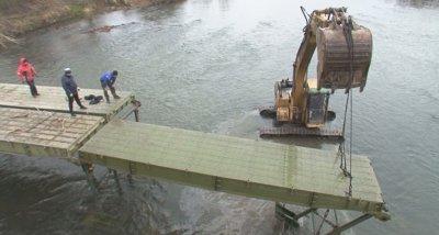 Премахват временния мост в селото на Невена Коканова заради Искър