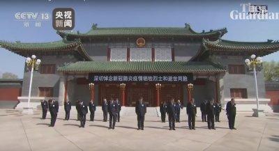 """Китай се поклони пред """"мъчениците"""" на заразата (ВИДЕО)"""