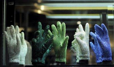 Продадоха за $100 000 бялата ръкавица на Майкъл Джексън