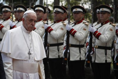 Папата се помоли пред статуята на Майка Тереза в Скопие