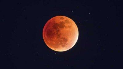Идва Ягодовата луна
