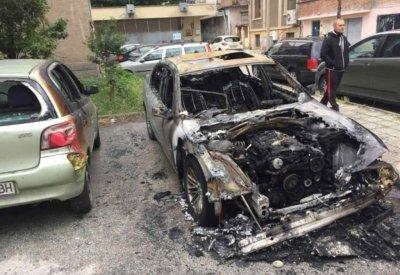 Запалиха автомобилите на гурбетчия в Пазарджик