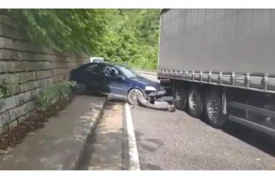 Кола се вряза в тир след тунела на Бачково