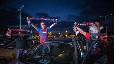 Фенове гледаха мач в Чехия от колите си