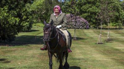 Кралица Елизабет II бе снимана на открито за пръв път от месеци