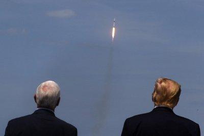 ИСТОРИЧЕСКО! Илон Мъск изстреля 2 души в Космоса (СНИМКИ+ВИДЕО)
