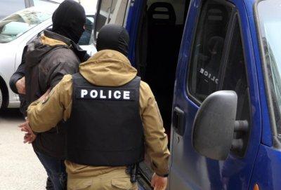 """Пуснаха от ареста задържаните полицаи на """"Калотина"""""""