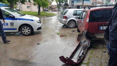 Шофьор мина през крака на пешеходка