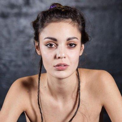 Евелин Костова бременна от свой братовчед (СНИМКИ)