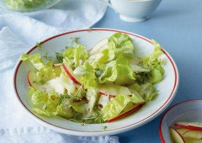 Зелена салата с маринована ябълка