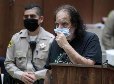 Заплашеният от 90 години затвор порноактьор Рон Джереми: Невинен съм!