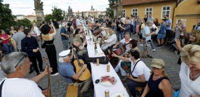 Прага се сбогува с вируса с 500-метрова трапеза