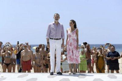 КРАЛСКИ ШИК: Фелипе VI и Летисия заложиха на лилаво-розова гама (СНИМКИ)