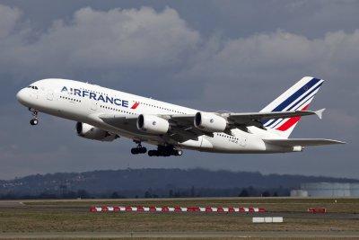 Ер Франс освобождава над 7500 души