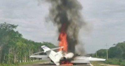 Самолет с кокаин се запали на магистрала в Мексико