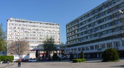 Бягство от болница в Бургас! Гол мъж скочи през прозореца и отпраши