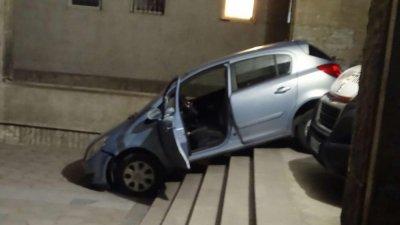 ЗА ПО-ПРЯКО: Шофьорка потегли по стълбите