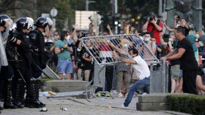 118 полицаи са ранени за два дни протести в Сърбия (ВИДЕО)