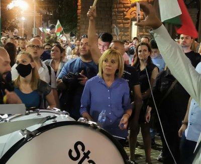 Мая Манолова докара тъпана на протеста