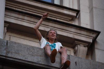 Момиче се качи на перваза на Партийния дом (ШОК СНИМКИ)