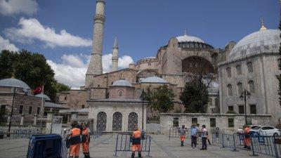 Запазват иконите в Света София, първата молитва там - след дни