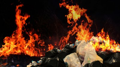 Гасят пожар в завода за пластмаси в Средец