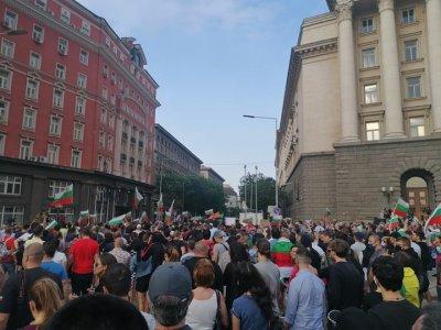 Протестното шествие обикаля центъра на София