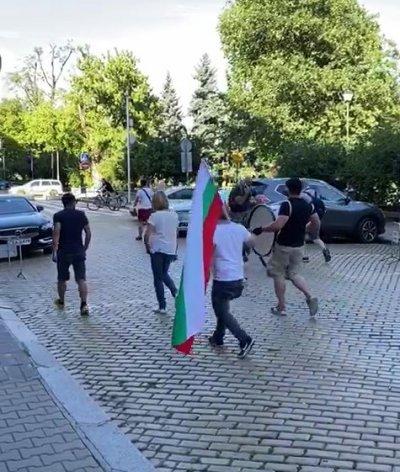 Мая Манолова цъфна с тъпан на протеста (снимка)