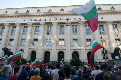 Стотици щурмуват Съдебната палата (НА ЖИВО)