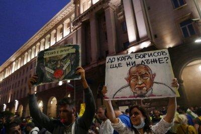 Протестът в центъра на София расте