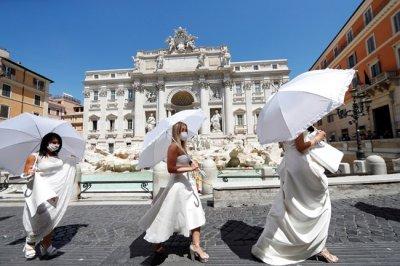 Булки от Италия на протест при Фонтан ди Треви