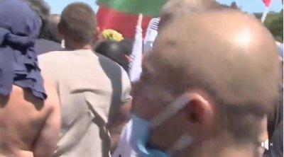 ИЗВЪНРЕДНО! Първи сблъсък протестиращи - полиция в Росенец (ВИДЕО)