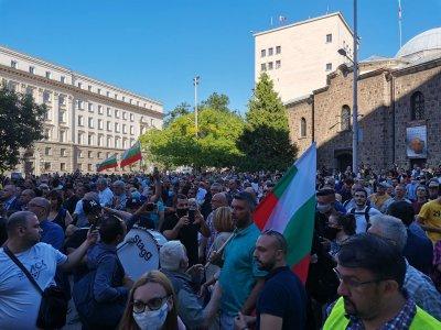 Ден №2: Хиляди на протест пред президентството
