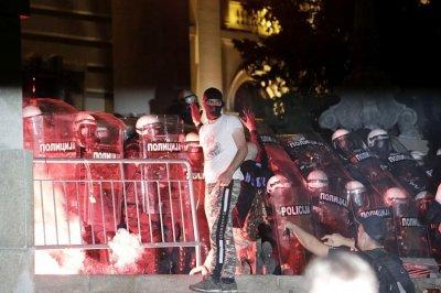 Високо напрежение: Демонстрантите в Белград нахлуха в парламента (СНИМКИ)