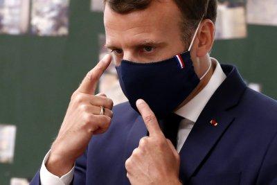 Макрон подкрепя да се задължат французите да носят маски