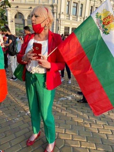 Нона Йотова се облече в трибагреника