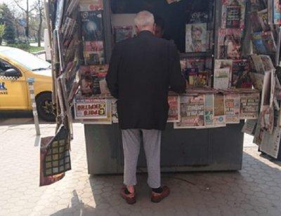 Проф. Вучков си купи вестник по пижама