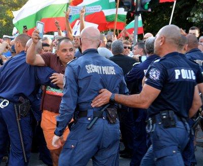МВР вее бял флаг, иска преговори с протеста