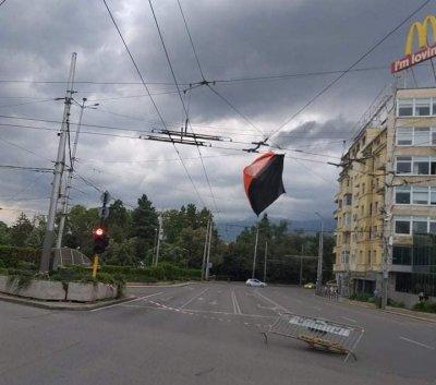 Палатка от протеста кацна на тролейбусните жици след пороя