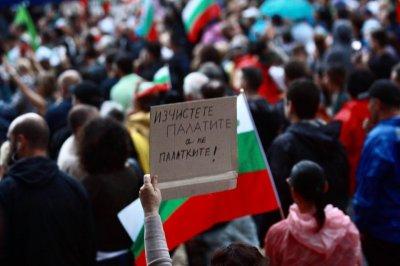 Радев пак слезе при протеста, призова към ненасилие