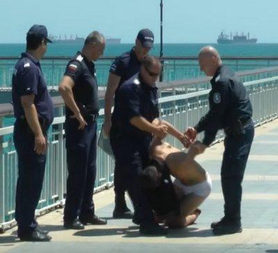 Пиян нудист се млати с полицаи в Китен