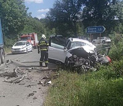 Трима затиснати след удар на ТИР с кола