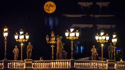 """""""Есетрова луна"""" поднесе небесен спектакъл в няколко страни"""