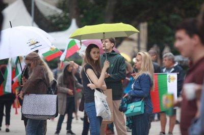 Ден 30 на протеста: Слабичко заради дъжда, арестуваха човек с бухалка