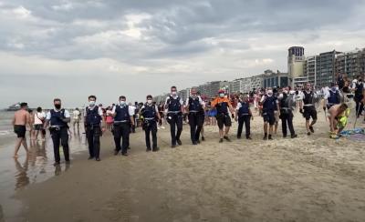 Полиция бие неспазващи дистанция на белгийски плаж